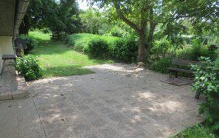 Terras tuin van authentieke Hongaarse boerderij met grote tuin 1600 m2 die te huur is in Kovácsszénája provincie Baranya.