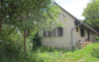 Voorzijde authentieke Hongaarse boerderij met grote tuin 1600 m2 die te huur is in Kovácsszénája provincie Baranya.