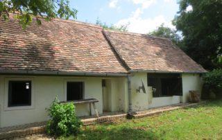 Zij-aanzicht authentieke Hongaarse boerderij met grote tuin 1600 m2 die te huur is in Kovácsszénája provincie Baranya.