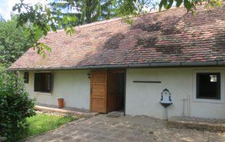 Authentiek Hongaarse boerderij met grote tuin 1600 m2 die te huur is in Kovácsszénája provincie Baranya.