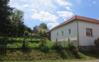 Prachtig uitzicht op groententuin bij luxe vakantiewoning te huur in Kovácsszénája. gezien vanaf straatkant.