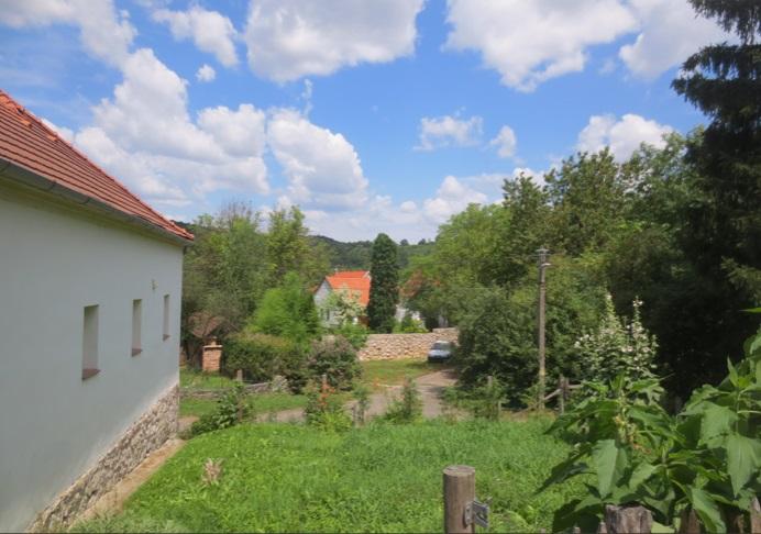 Prachtige woning met ruime overkapping en tuinen bij luxe vakantiewoning te huur in Kovácsszénája., uitzicht op groententuin.