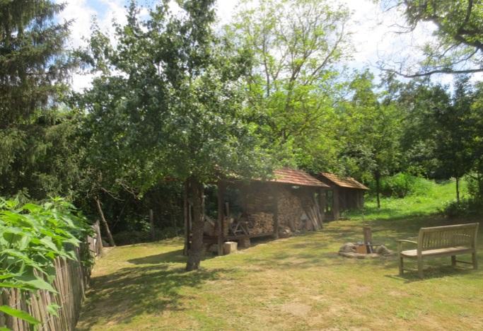 Prachtige tuin met uitzicht op houthok en kippenhok bij luxe vakantiewoning in Kovácsszénája.