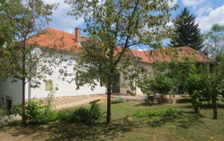Prachtige woning met ruime overkapping en tuinen bij luxe vakantiewoning te huur in Kovácsszénája.