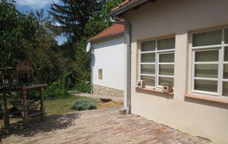 Heerlijke terrassen en overkapping bij luxe vakantiewoning Kovácsszénája.