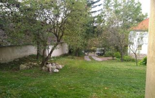 Prachtige tuin bij luxe vakantiewoning Kovácsszénája. nu gezien vanaf toekomstig gastenverblijf.
