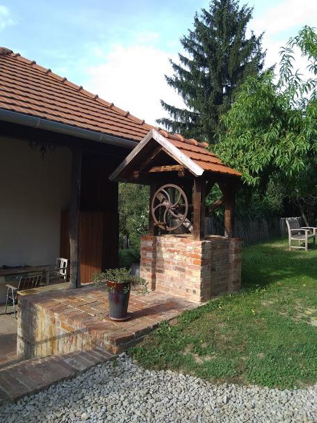 Goedwerkende waterput bij luxe vakantiewoning Kovácsszénája.