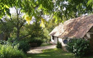 Achter-aanzicht authentieke Hongaarse boerderij met grote tuin 1600 m2 die te huur is in Kovácsszénája provincie Baranya.