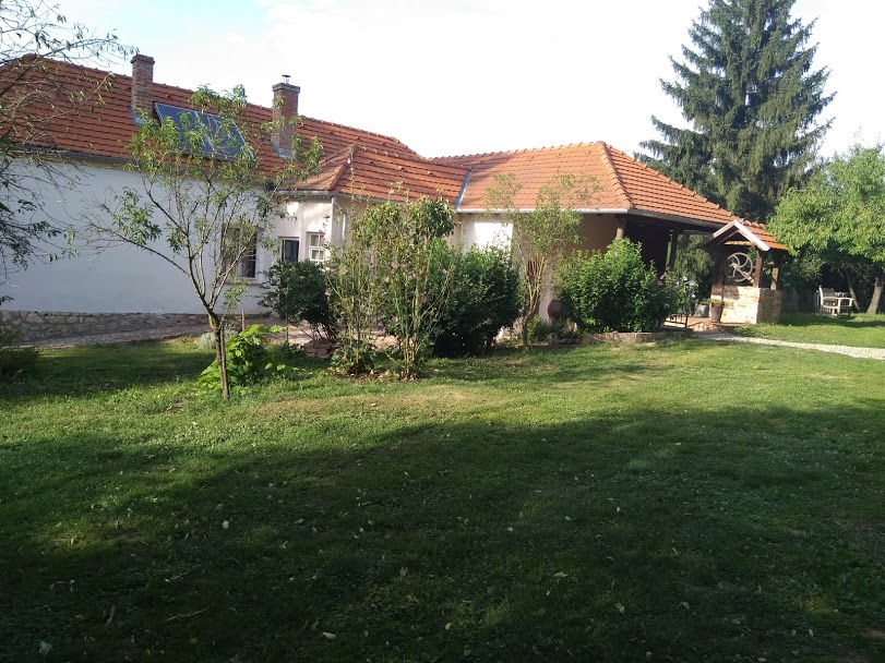 Midden in idyllisch dorp gelegen prachtige luxe vakantiewoning te huur in Kovácsszénája met een prachtige tuin.