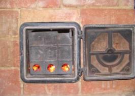 Tijdens het branden van het vuur is alleen de binnendeurtje dicht.