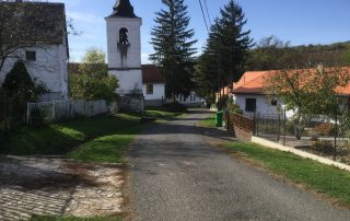 Kerkje en hoofdstraat in Kovácsszénája