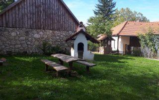 Prachtige tuin en pizza en broodoven bij luxe vakantiewoning Kovácsszénája
